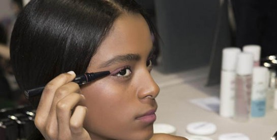 Comment rattraper un trait d`eye liner raté?