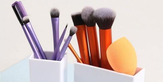 Éponges et pinceaux de maquillage: voici une technique pour les nettoyer facilement au shampoing