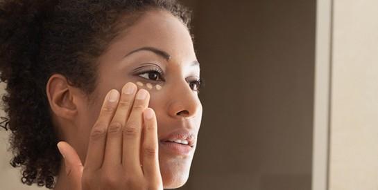 Maquillage: l`astuce pour dissimuler les cernes en trois étapes