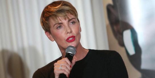 Le mannequin sud-africain, Charlize Theron, évoque cette nuit où sa mère a tué son père alcoolique