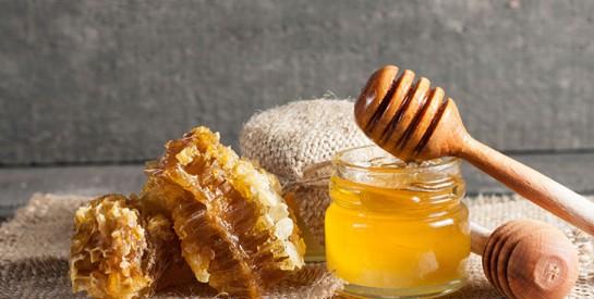 Masque miel et argile pour lutter contre l`acné