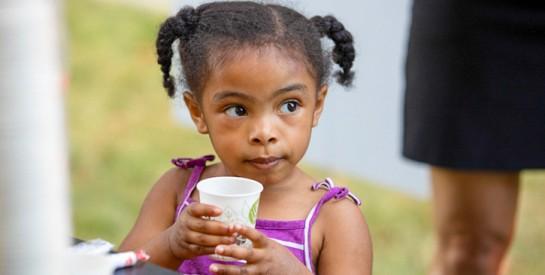 Boire du lait entier protégerait les enfants de l`obésité et du surpoids