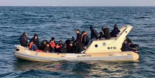 Le bébé d'une migrante africaine naît et meurt à bord d`un canot pneumatique en mer