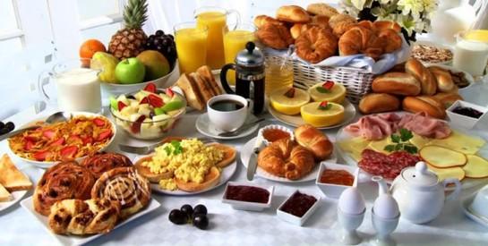 Pourquoi un petit-déjeuner copieux est meilleur pour la santé qu`un dîner copieux
