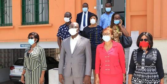 Solidarité COVID-19 : les acteurs de la mode ivoirienne offrent 1000 masques aux journalistes de Côte d'Ivoire