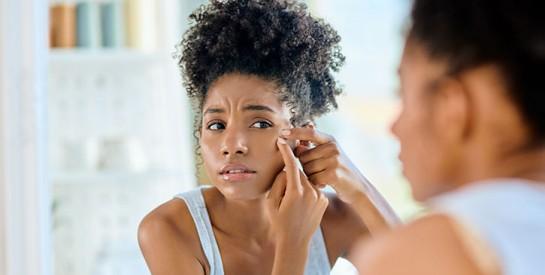 L'acné et le maquillage couvrant ne font pas bon ménage