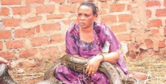 Zimbabwe : cette femme surprise en train d'allaiter un serpent