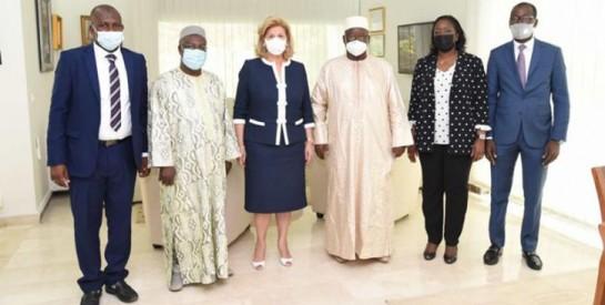 Côte d'Ivoire: Dominique Ouattara offre 10 millions de Fcfa à la Fondation Djigui (lutte contre les mutilations génitales, Prise en charge des orphelins)