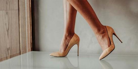 Comment porter des sandales plates ou à talons?