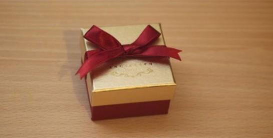 Il la trompe, elle lui offre un cadeau de Noël dont il se souviendra