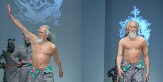 Un Homme de 79 ans fait sensation à la Fashion Week de Pékin