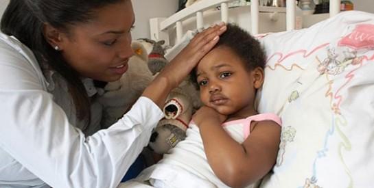 Comment réagir lorsque votre enfant a un terrible mal de ventre